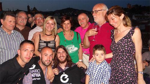 Rocío, redactora de la Chana, con los vecinos de su barrio