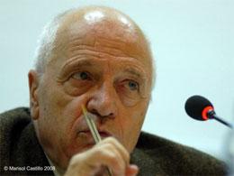 El catedrático José Luis Martínez Albertos afirma en Almería que el periodismo impreso tiene los días contados