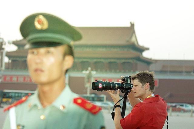 Tweeting from behind the Great Firewall|Cartel de AI sobre la censura en China|