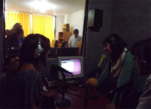 Equipo de ChasquiKom / La Santa preparando un programa radial