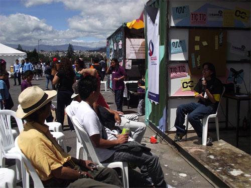 """Una de las charlas de Chasquikom / La Santa en """"Feria Jóvenes Q""""."""