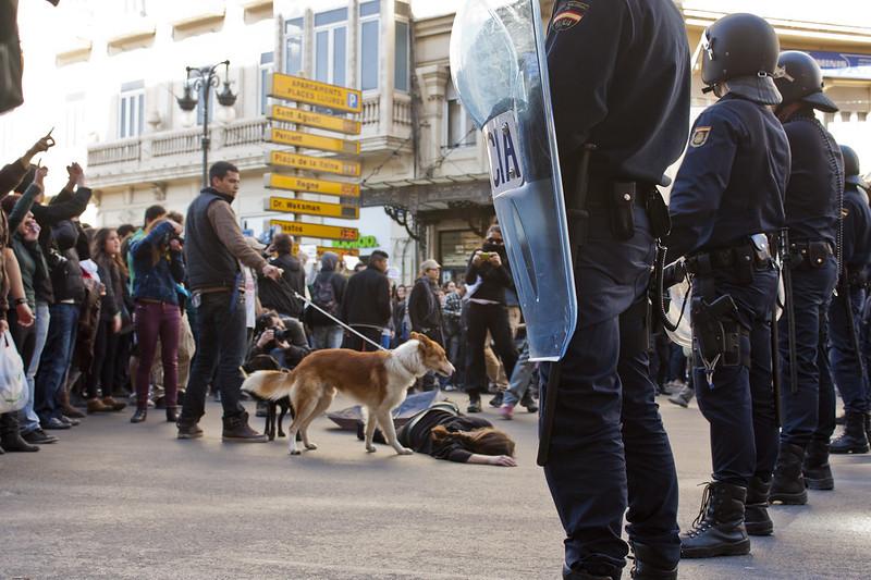 Francia elimina el proyecto que prohibía grabar a la policía mientras en España sigue en vigor la Ley Mordaza